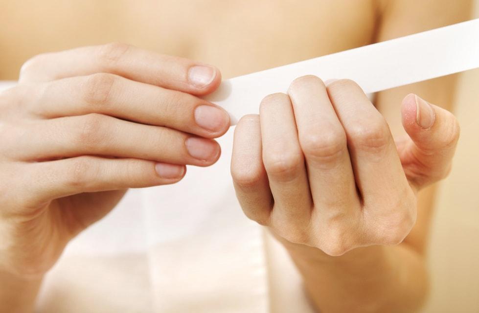 Подпиливание ногтей пилочкой