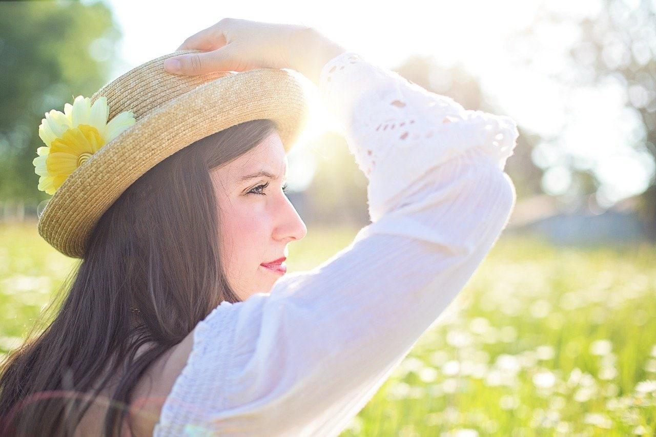 Надеваем головной убор для защиты волос